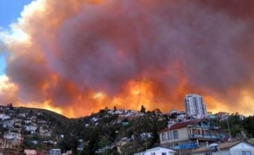 CHILE: Incendio en Valparaíso: declaran alerta y evacuan viviendas