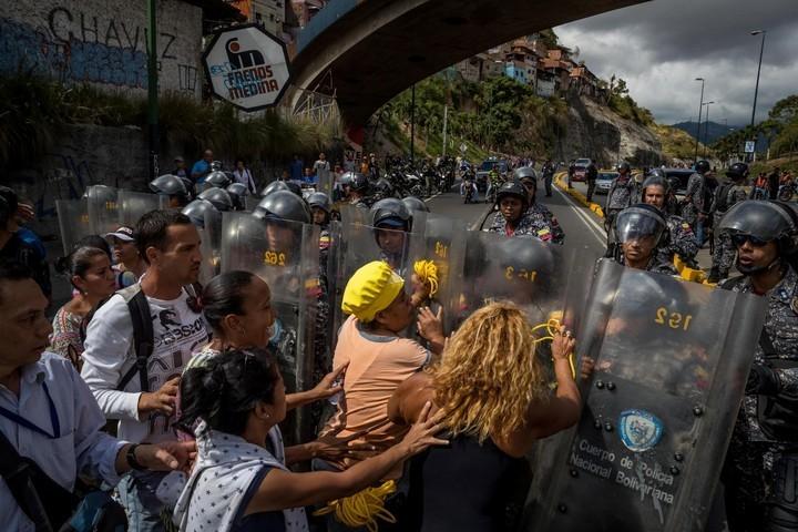 VENEZUELA: La inflación llega a 2.700% y Nicolás Maduro sube a 8 dólares el salario mínimo