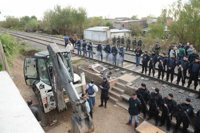 DROGAS: Fuerte operativo policial en Budge: derriban el muro de los narcos