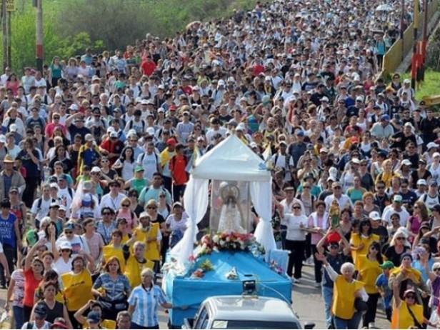 PEREGRINACIÓN: Miles de personas marchan hacia Luján