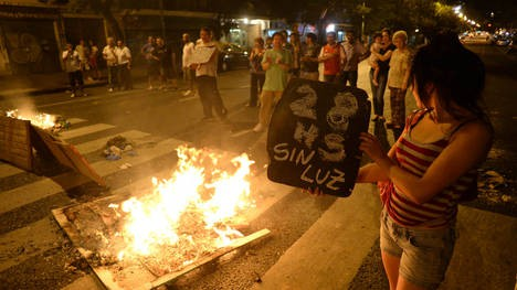 En otra jornada agobiante, crecen las protestas por los cortes de luz