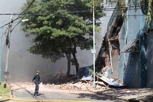 OLIVOS: Un globo pirotécnico provocó un incendio y derrumbe en una fábrica de zapatillas