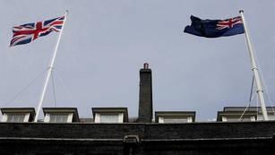 La bandera de Malvinas flamea en la residencia oficial de Cameron
