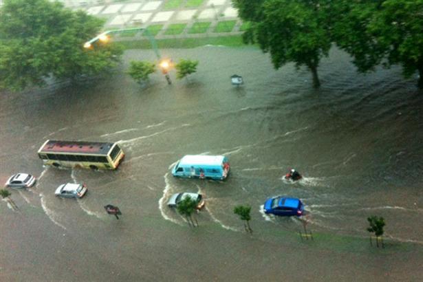 La intensa lluvia provoca inundaciones en varios puntos de la ciudad