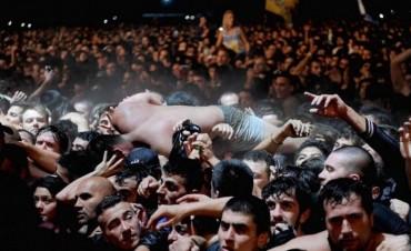 Entre el hacinamiento, el lucro y la fiebre musical: crónica de la noche del Indio Solari en Olavarría