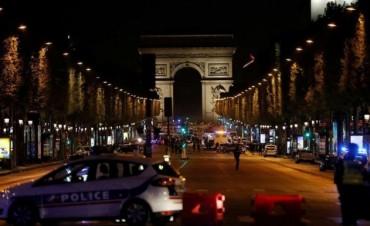 PARIS: un policía y un agresor muertos en un tiroteo en los Campos Elíseos